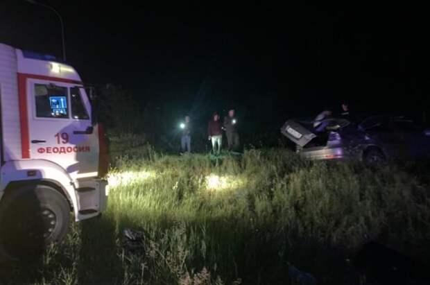 В Крыму спасателям пришлось вырезать водителя из перевернувшего ночью автомобиля