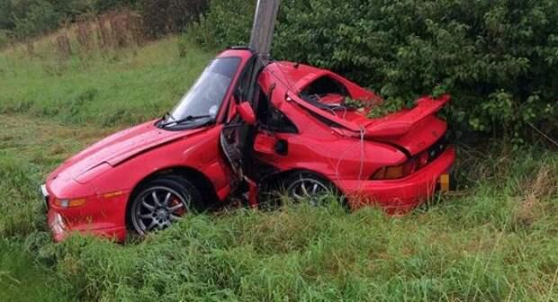 Водитель выжил в завязанной в узел Тойоте