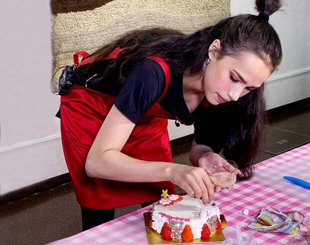 «Она еще иготовит». Олимпийская чемпионка Загитова за10 минут испекла торт