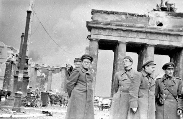 73-Военные корресп. В.С.Гроссман , А.А.Бек и другие у Бранденбургских ворот.jpg