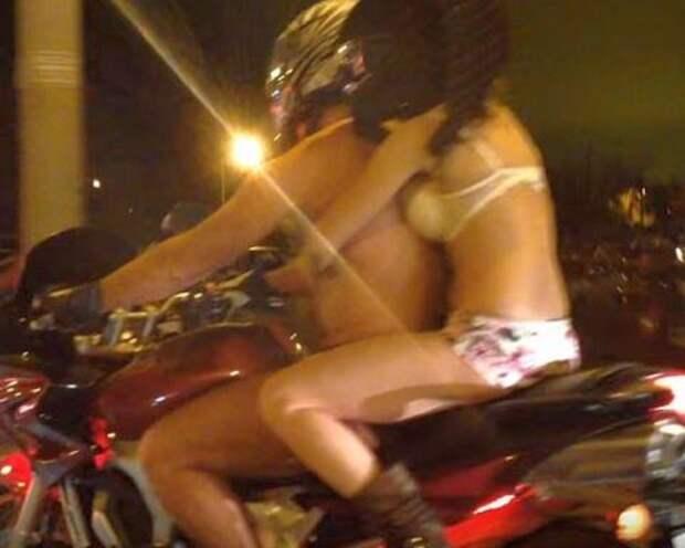 Автомобилисты зафиксировали на камеру голых байкерш на дорогах Москвы