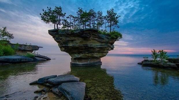 Остров скала, озеро Байкал