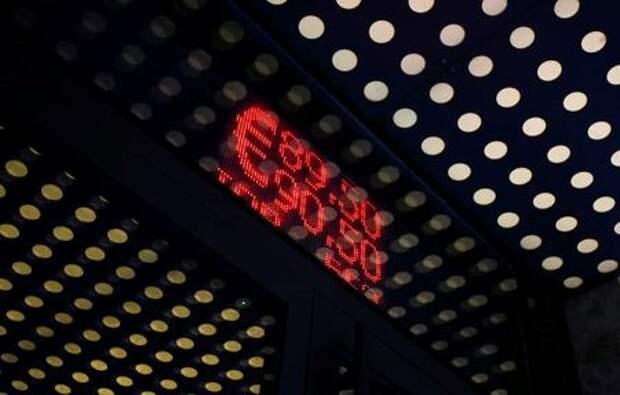 Табло с котировками рубля в Москве, Россия 7 сентября 2020 года.REUTERS/Maxim Shemetov