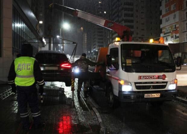 В Красноярске машины эвакуируют из дворов за неправильную парковку