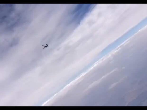 Российский истребитель вышел на охоту за американским беспилотником.