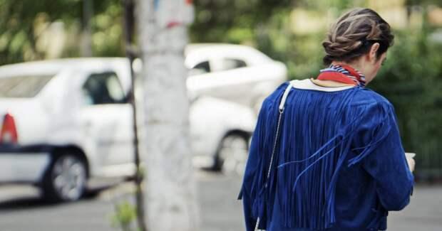 Женщина идёт по городу