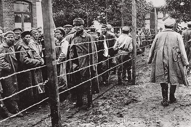 После проваленной Троцким и Тухачевским польской кампании десятки и десятки тысяч красноармейцев попали в плен и оказались в концлагерях.