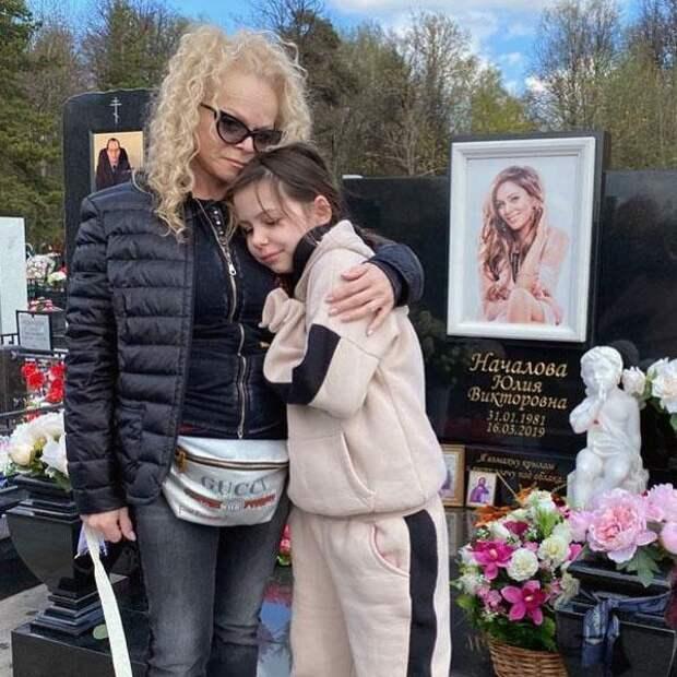 Светлая память! Лариса Долина посетила могилу Юлии Началовой