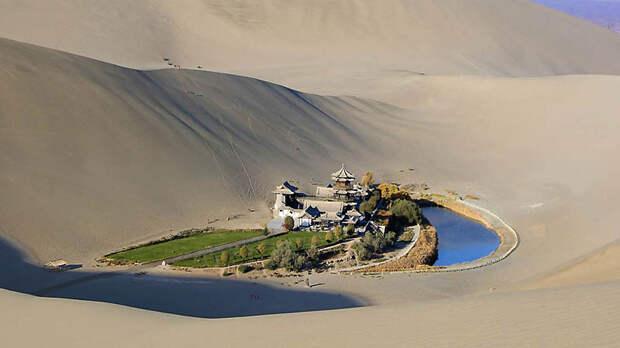 Китайский оазис в пустыне в форме полумесяца