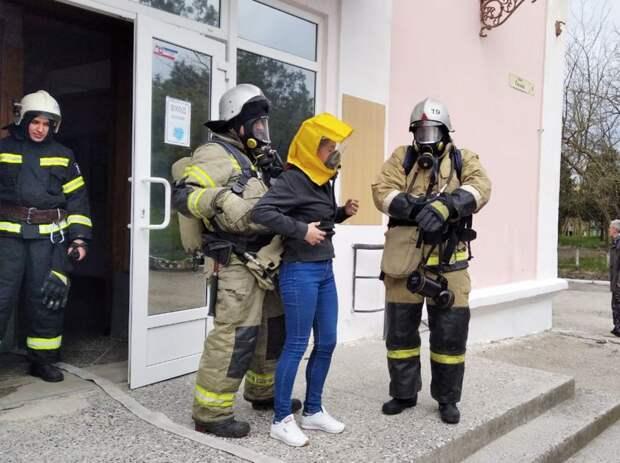 Феодосийские пожaрные провели пожарно-тaктическое занятие