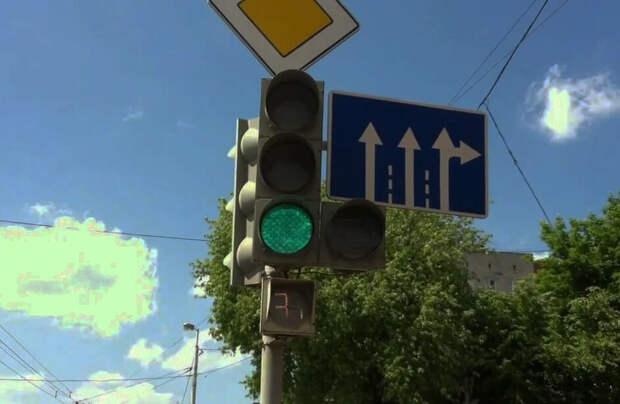 Можно ли поворачивать направо, если горит основной зелёный, а стрелка нет? Ответ инспектора ГИБДД