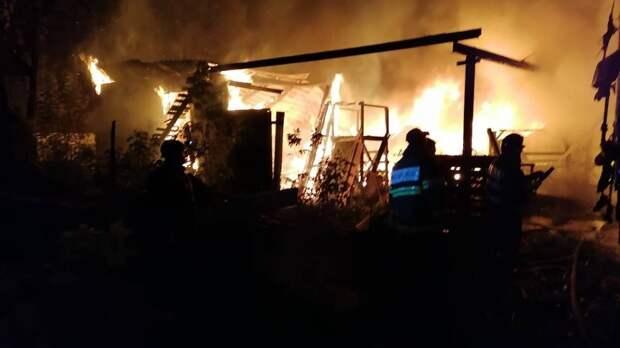 Крупный пожар произошел в нежилом здании в Подмосковье