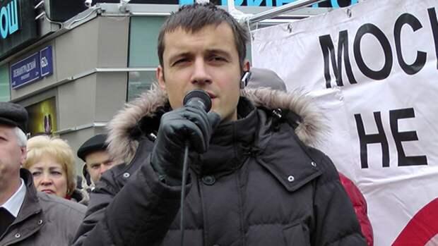 Депутата Тарасова отпустили после задержания на незаконной акции у здания МГУ