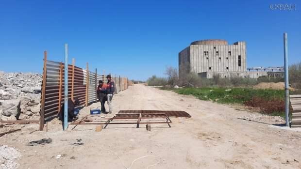 Легендарную крымскую АЭС начали огораживать заборами с охраной, чтобы вскоре снести