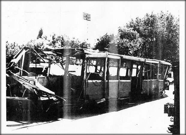 Самая страшная трамвайная катастрофа в истории Украины. Более 150 человек были в трамвае, который на большой скорости сошел с рельсов и врезался в бетонный барьер. 34 человек были убиты. СССР, аварии 18+, трагедии