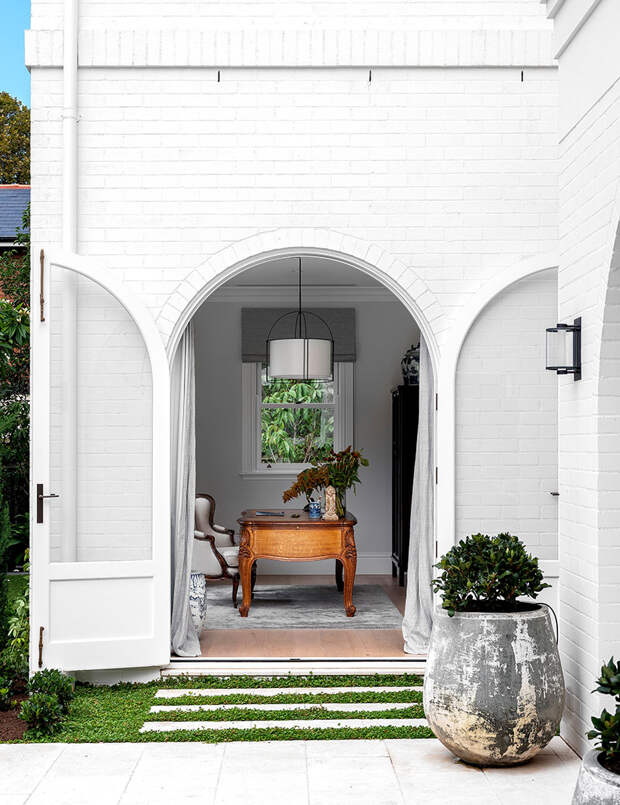 Красивый белоснежный домик с арками в Австралии