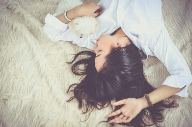 девушка в постели
