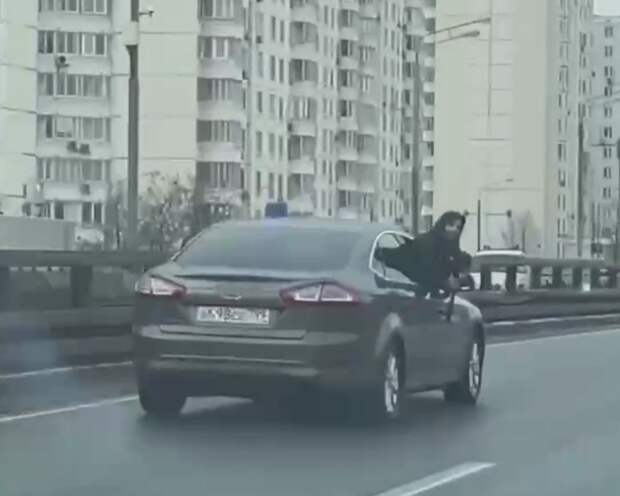 Азербайджанцы из Чертаново с флагом Турции блокировали московскую трассу