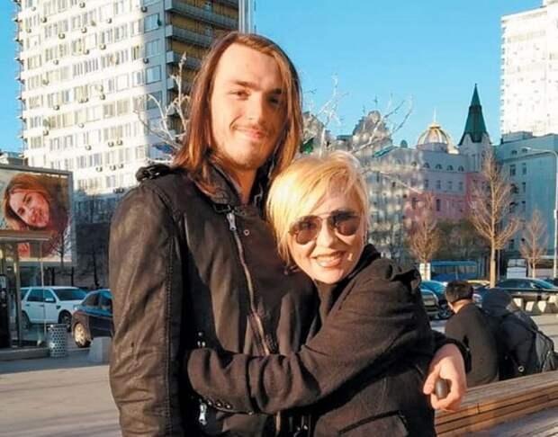 Сын  Легкоступовой поделился впечатлениями о ее муже: Он угрожал мне во время последней встречи