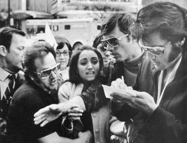 Элвис и поклонники: ходят слухи, девушка что в центре - это юная Мадонна.