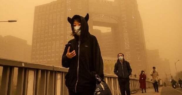 В Китае произошла рекордная пылевая буря. Так выглядел бы город на Марсе