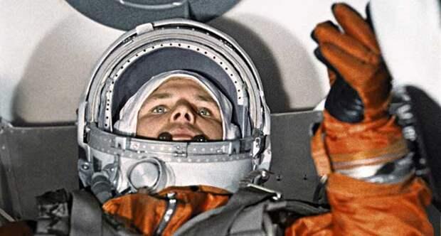 Юрий Гагарин стал первым человеком, полетевшим в космос.