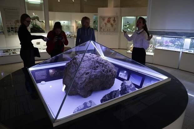 В челябинском музее засняли на видео загадочный инцидент с метеоритом