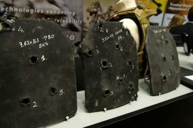 Отечественные стрелки показали, как пуля АК-12 прошивает насквозь американский бронежилет