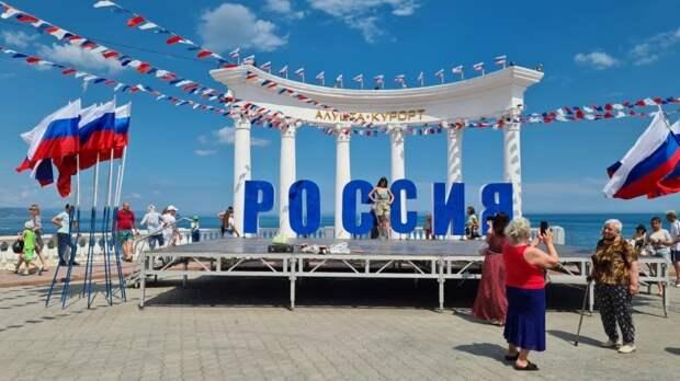 Туристы рассказали, почему приехали в Крым на День России