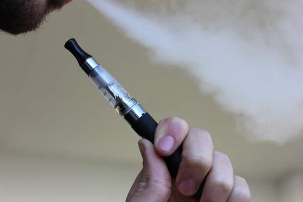 Правительство России поддержало инициативу приравнять электронные сигареты к обычным