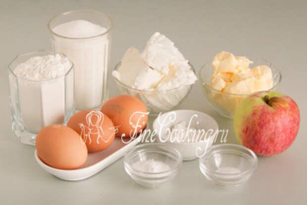 Для приготовления этого простого и вкусного яблочного пирога нам понадобятся следующие ингредиенты: яблоки, творог, пшеничная мука, сахарный песок, сливочное масло, разрыхлитель теста, куриные яйца, ванильный сахар и немного соли
