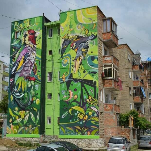 Девушка делает городское пространство веселее. Здание в Албании.