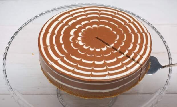 Торт выглядит красиво как в целом виде, так и в разрезе. /Фото: youtube.com/watch?v=GCLv2ilJhfQ&list=PL8Jo7jcoC1Zm348jXRyB1Y_8fQ8TNTgR1&index=27&t=0s