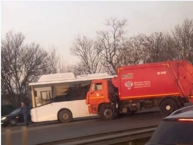 В Симферополе столкнулись мусоровоз и пассажирский автобус. Фото
