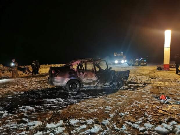 «Гранта» сгорела после аварии с иномаркой в Удмуртии: 2 человека погибли