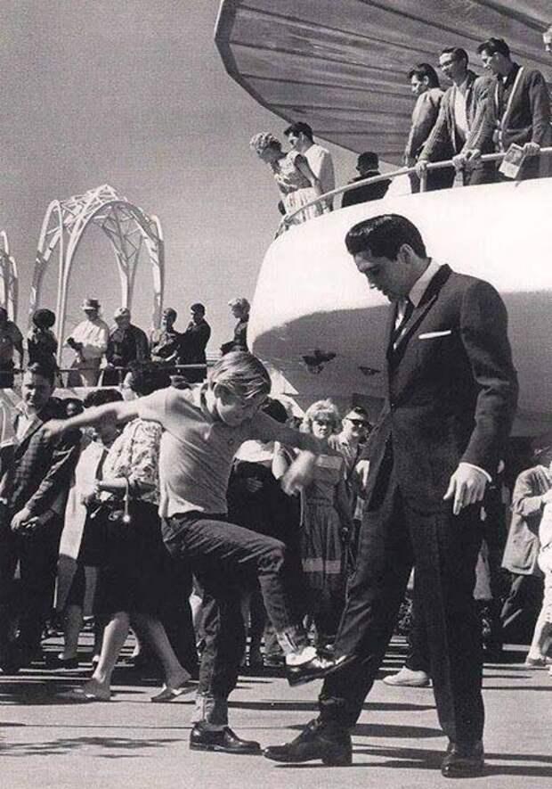 С 10-летним Куртом Расселом в фильме «Это случилось на Всемирной ярмарке», 1963 год.