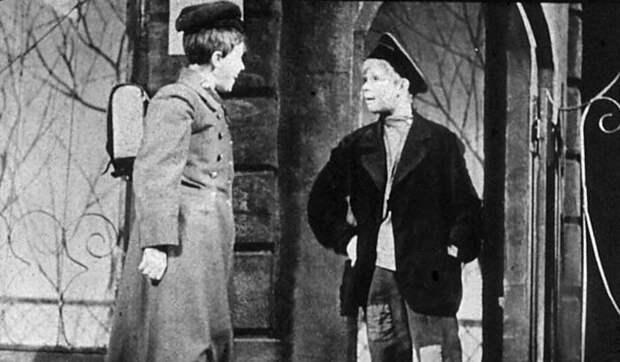 Лидия Князнва в спектакле «Белеет парус одинокий» в роли Гаврика (справа)