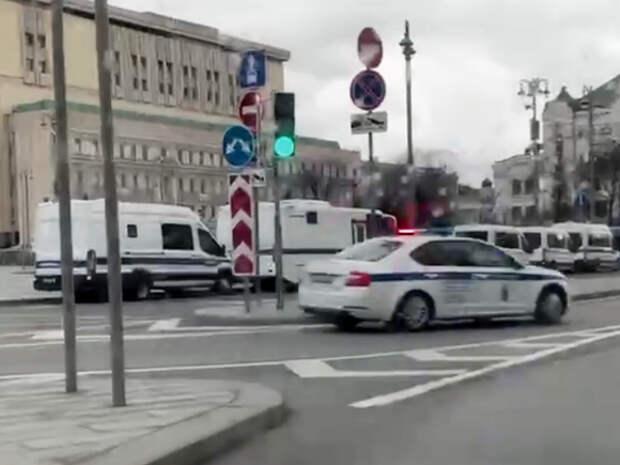 Силовики перекрывают центр Москвы