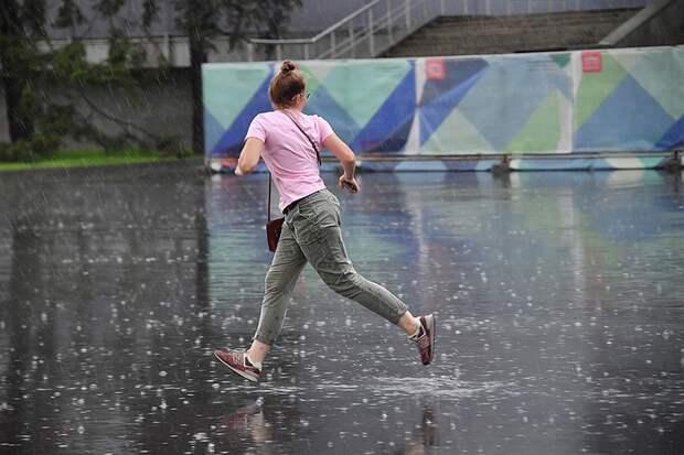 Машины плывут по Измайловскому шоссе: какие последствия сильного ливня с грозой 15 июня в Москве