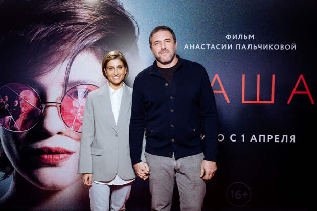 Юлия Снигирь позирует в дырявом свитере, Виторган милуется с Нино: звезды на премьере фильма «Маша»