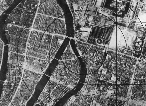 4. Данные военно-воздушных сил США — карта Хиросимы перед бомбардировкой, на которой можно наблюдать район эпицентра, который моментально исчез с лица земли. (U.S. National Archives and Records Administration)