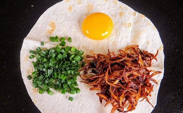 Пицца-пятиминутка по-вьетнамски: заворачиваем в лаваш яйцо, жареный лук и зелень