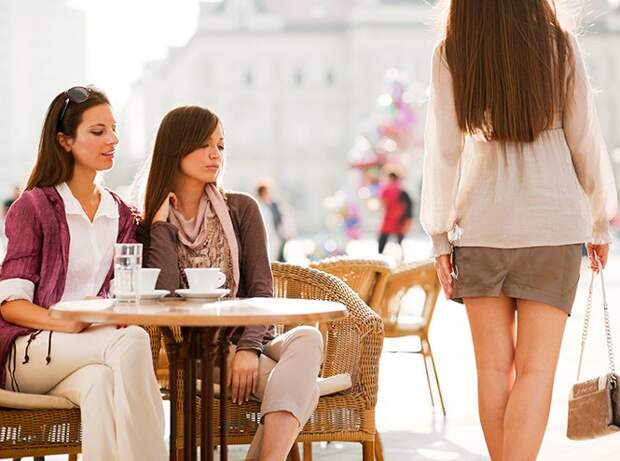 И нос длинный, и юбка дурацкая, и накрашена плохо... Почему женщины так ненавидят друг друга