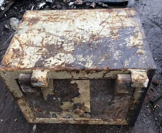 Забытый всеми клад: ржавый сейф на свалке распиливали больше часа