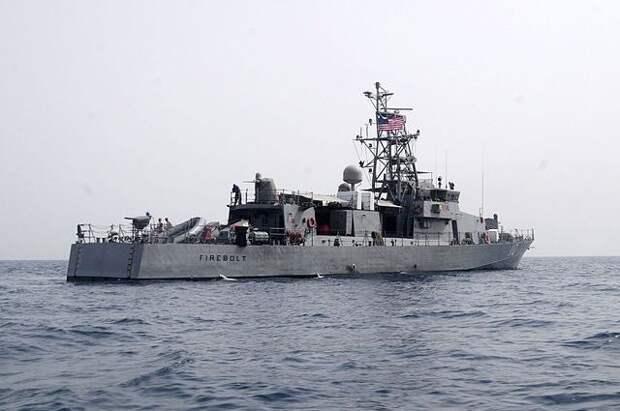 Корабль ВМС США открыл предупредительный огонь в сторону иранских катеров