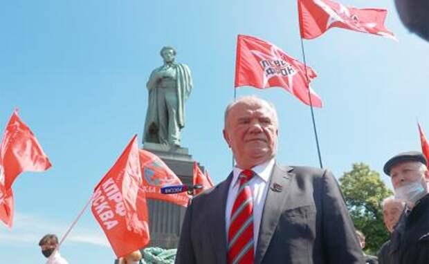 На фото: лидер КПРФ Геннадий Зюганов (в центре)