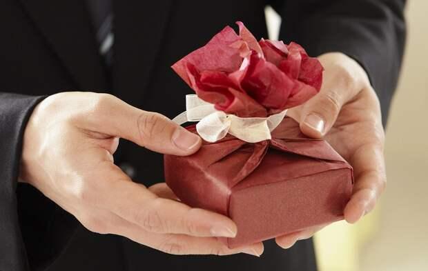 Эксперты рассказали об удачных подарках женщинам на 8 Марта
