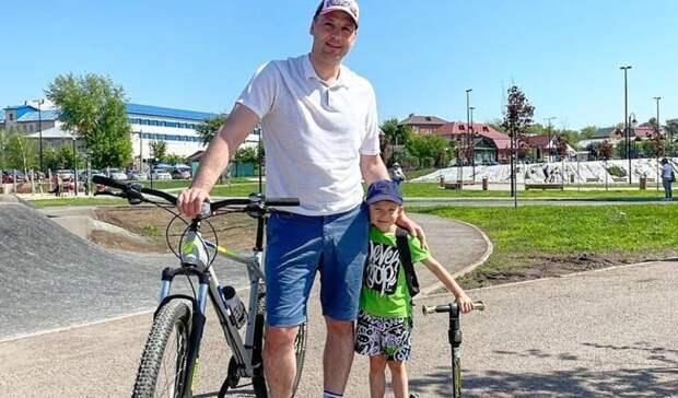 Фото губернатора Дениса Паслера в шортах и с велосипедом собрало тысячи лайков