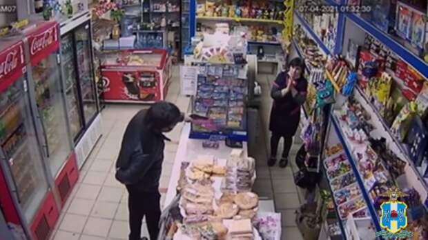 Житель Подмосковья спистолетом приехал вШахты иограбил магазин