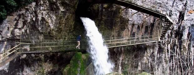 Загадки геологии. Металлическая лестница, которая в воде покрылась каменной породой